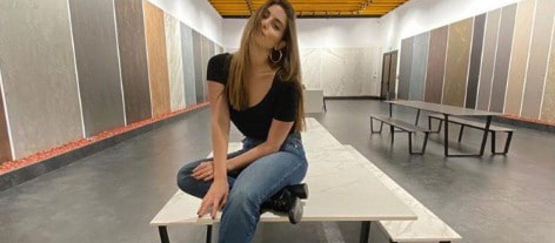 דנה זרמון באולם תצוגה